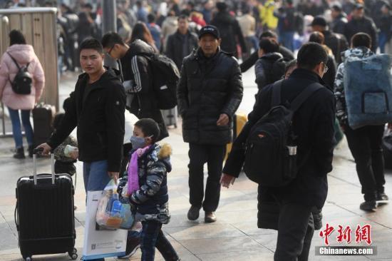 资料图:火车站内大批旅客踏上返乡路。陈超 摄