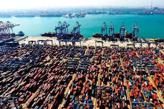 用无人机拍摄的青岛港前湾自动化集装箱码头。新华社记者 郭绪雷摄