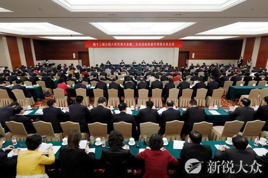 会上,于晓明传达了大会秘书处召开的各代表团召集人会议精神。