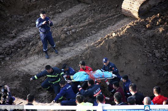 2019年3月15日,山东聊城,救援队员将坠井儿童救出。