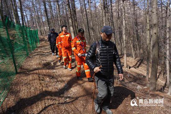 今天,执法队深入崂山山林进行防火突袭检查。