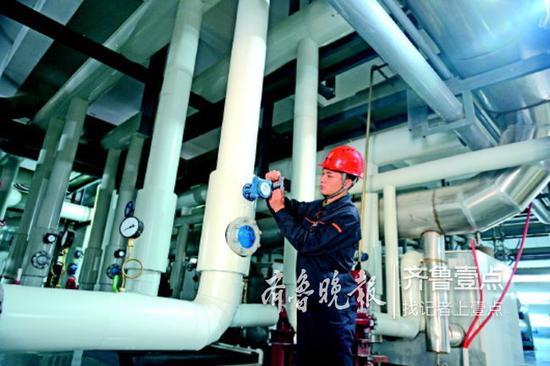 24日,即将停暖,热企工作人员在检查供暖设备。热企供图