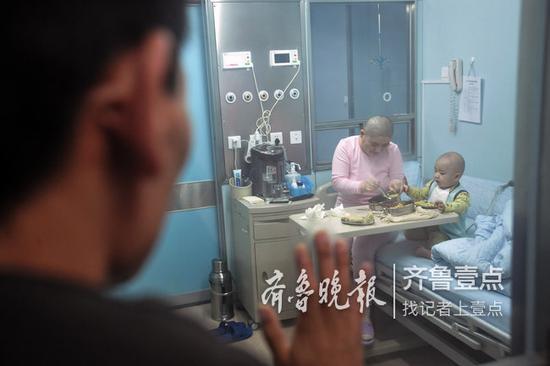 唐绍龙正看望移植舱内的母子俩。 本报记者 张中 摄