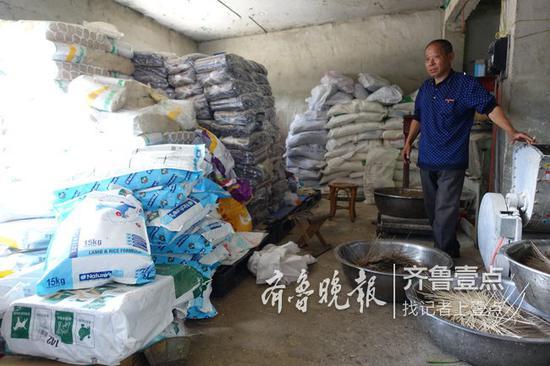 泰山小动物保护中心里志愿者们捐的狗粮还能吃到十月份。记者 许建立 摄