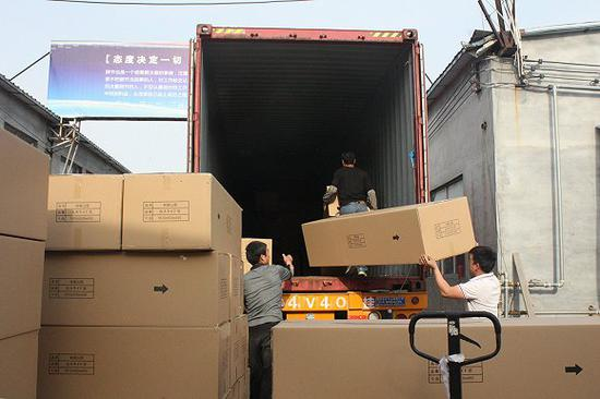 德弘的棺材正在装箱准备运送。图片来源:杨立赟