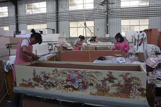 高档棺材外面用的是绣花布料。图片来源:杨立赟
