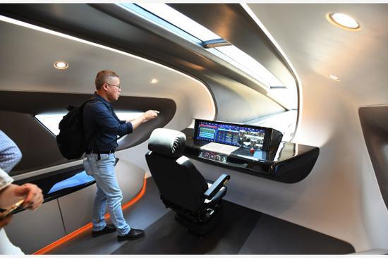 5月23日,参观人员在时速600公里高速磁浮试验样车上参观。