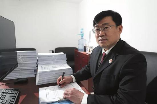 加班加点审核案件卷宗材料是郭琳公诉生活中的常态。