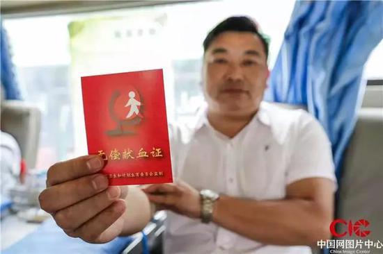 6月12日,王海军向记者展示他的献血证。摄影宋海存