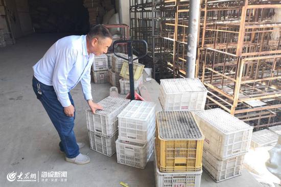 6月12日上午,由于刚刚出库一车苹果,宫国志正在整理刚刚被清空的苹果箱。