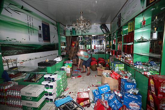 6月18日在长宁县双河镇拍摄的一家受灾商铺。新华社 图