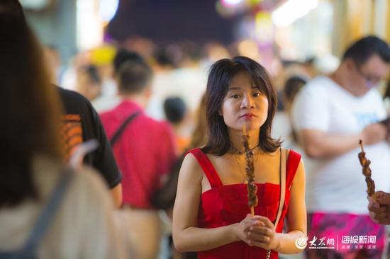 美食总能吸引人们前来,在芙蓉街,美食的诱惑能够将这里的灯光延长至深夜