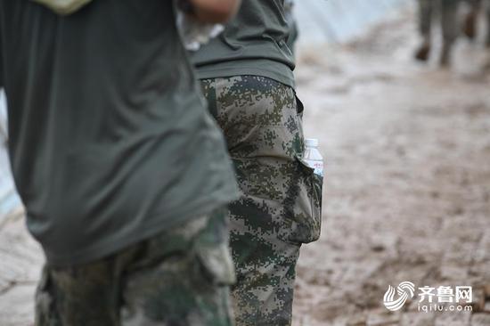 高强度的工作,每位官兵都携带一瓶水,随时补充水分。