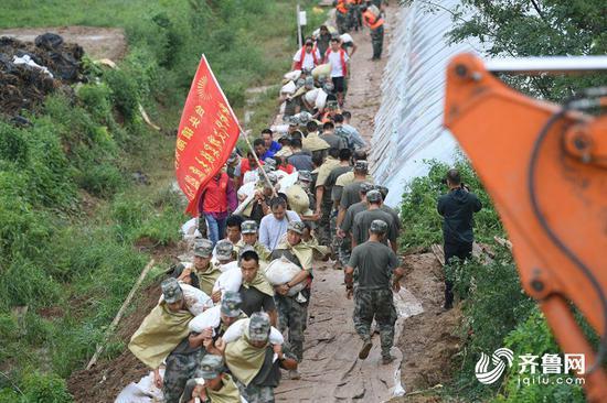 救援人员有的肩扛,有的手抱,都未停下运输的脚步。
