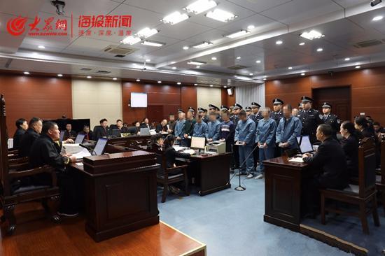强迫交易敲诈勒索 周村法院开庭审理17人涉恶案件
