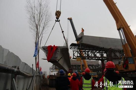 青兰高速改扩建工程成功架设首片高架桥预制箱梁