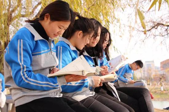 ●食品系学生在校园内读书学习