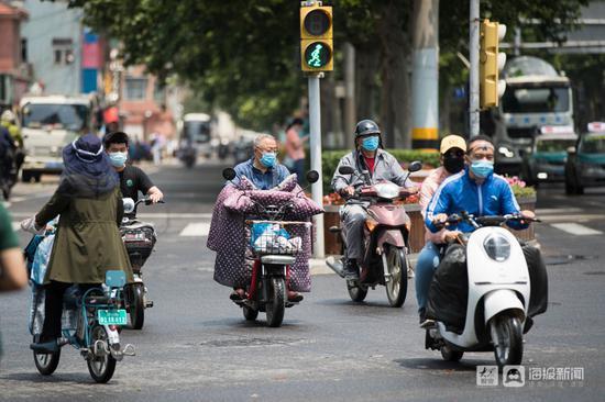 """""""一盔一带""""安全守护:济南街头骑电动车不戴头盔暂不罚"""