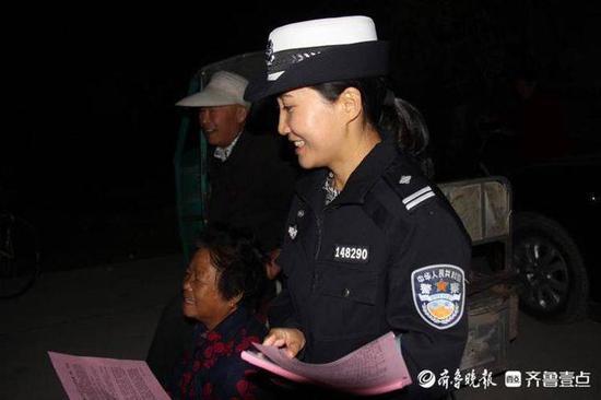 抵制交通违法安全文明出行 聊城开发区交警进村入户话安全