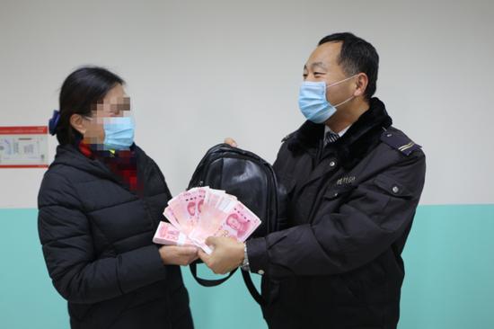 青岛公交司机捡两万现金归还 婉拒失主千元酬谢