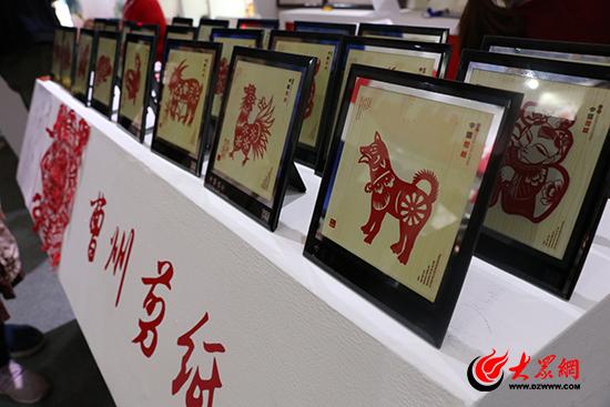 文博会上菏泽展区展出的曹州剪纸