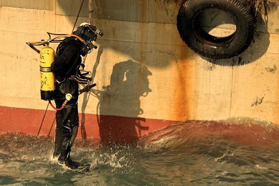 潜水员正在下水 上海打捞局供图