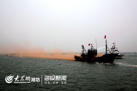 中国渔政船只对失火渔船进行扑救