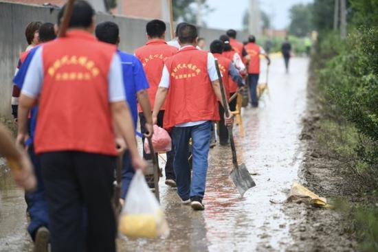 徒步参与救援的志愿者们。