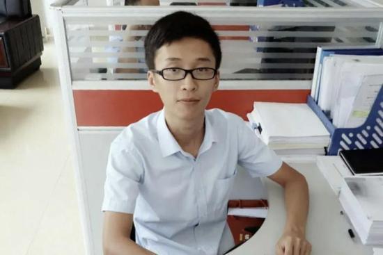 范晓东,会计专业毕业生,任职于裕昌控股集团,信贷经理,年薪10万
