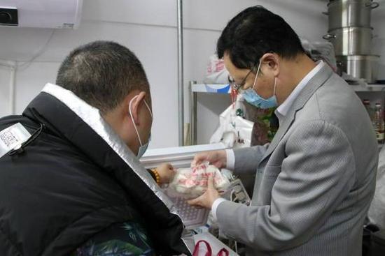 济南陕味知、味道枣庄等餐饮单位被查出冷藏柜内生熟混放等食