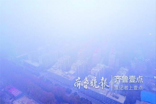 27日早晨,航拍浓雾中济南,百余米看不到地面。齐鲁晚报·齐鲁壹点记者周青先摄