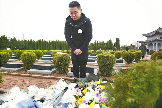 来自四川的王成龙祭奠烈士,他与烈士同名同龄同年入伍。