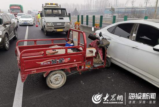 电动三轮车在追赶大客车过程中,与轿车发生碰撞