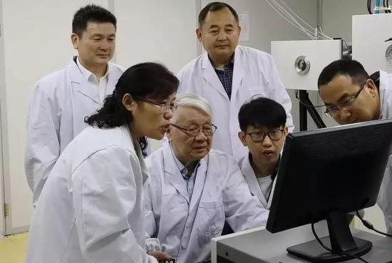 枣庄学院双聘院士、名誉校长、著名激光与非线性光学专家 姚建铨教授(左三)
