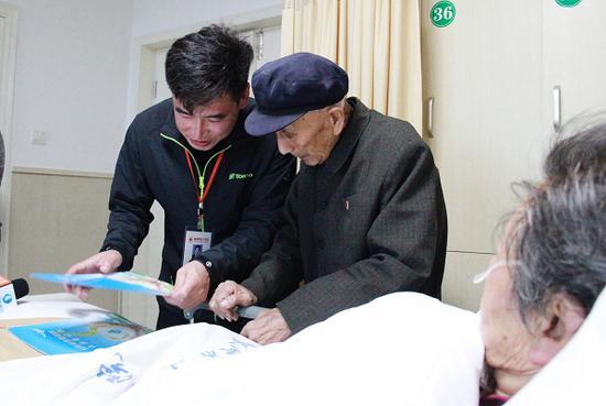 殷树山老人在红十字会工作人员的指导下填写遗体捐献申请表(资料图)