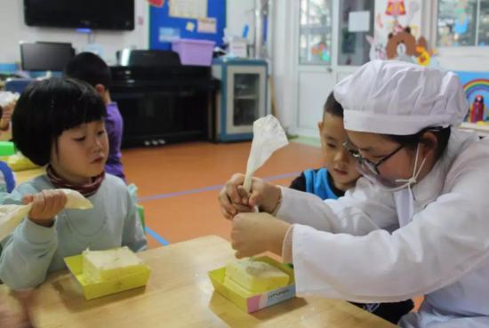 ●食品系学生在幼儿园与小朋友一起制作奶油盒子