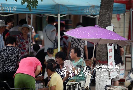 蟋蟀市场满满都是等待出售蟋蟀的村民。