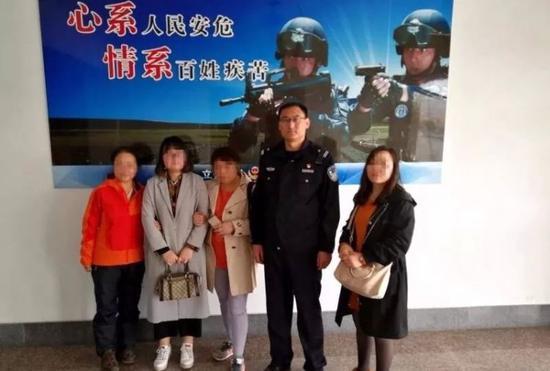 城阳民警助失散10年的一家人团聚
