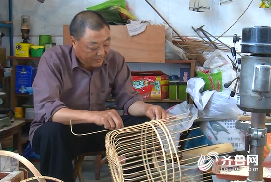 枣庄老艺人坚守手工鸟笼制作 初学时做一顶用了三年