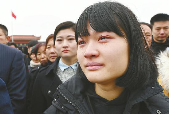 从北京赶回的同学眼含泪水