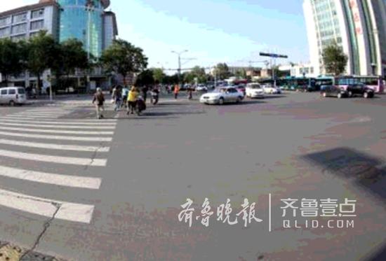 在施划右转待行区前,右转车辆为礼让行人而压车较长。槐荫交警供图
