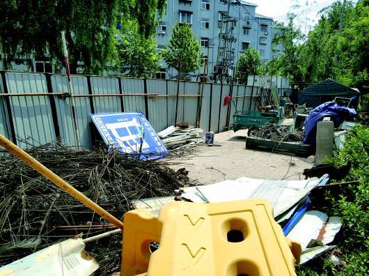 历城区黄台南路附近一处围挡内,已经变成了杂物堆放区。