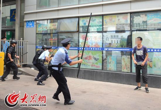 """持刀""""歹徒""""意欲行凶,被特警和派出所民警以战术队形包围"""