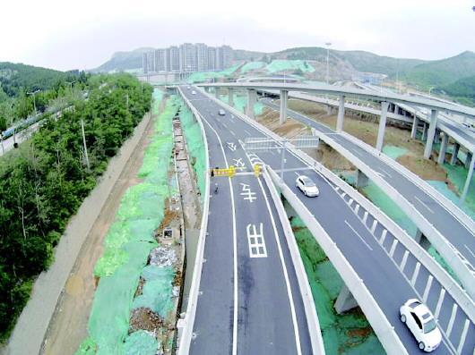 搬倒井立交桥上的公交专用车道。齐鲁晚报·齐鲁壹点记者 刘飞跃 摄