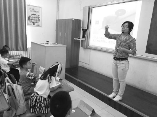 9月5日,济南市景山小学一年级课堂上,李伶君老师教孩子规范握笔。记者徐洁 摄