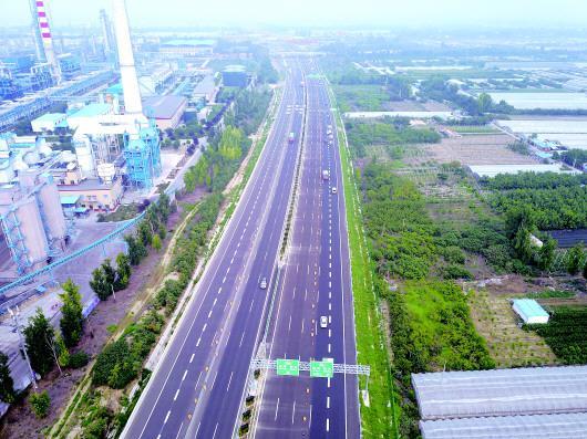 济青高速潍坊段未关闭时的航拍场景。