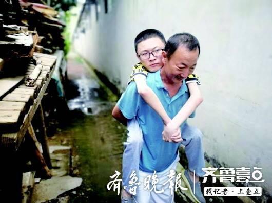 张玉坤背着儿子走过六年,让孩子完成了从初中到高中的学业。