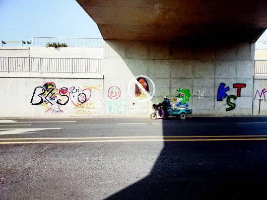 铁路桥下 他正在乱涂乱画 被市民拍下