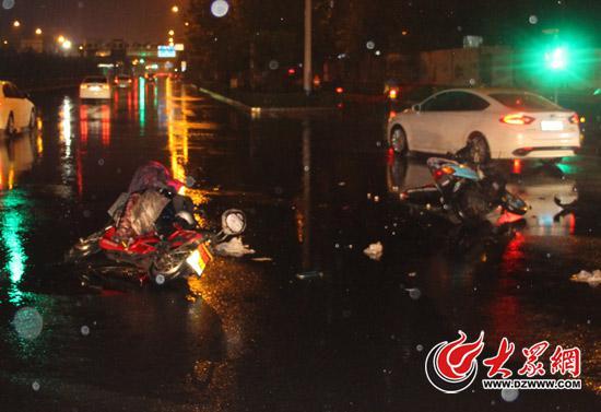涉事的摩托车、电动车均严重损坏,民警通过现场遗留的一沓名片辗转破案