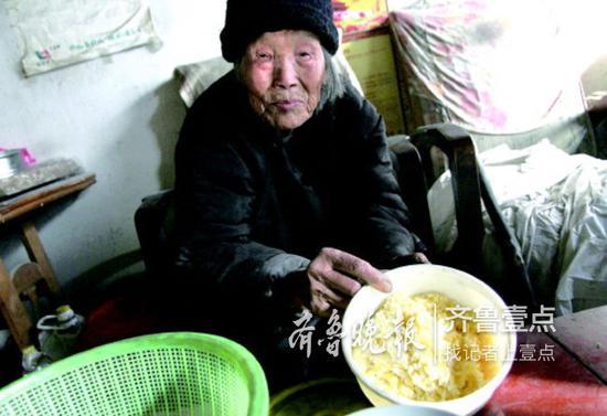 老人的午饭是简单的蛋炒饭,她胃口仍然很好。
